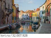 На улочках разноцветного острова Бурано. Венеция, Италия (2017 год). Редакционное фото, фотограф Виктор Карасев / Фотобанк Лори