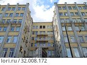 Купить «Семиэтажный кирпичный нежилой дом 1930 года постройки. Здание Кожсиндиката — памятник архитектуры. Чистопрудный бульвар, 12а, строение 1. Басманный район. Город Москва», эксклюзивное фото № 32008172, снято 30 июля 2019 г. (c) lana1501 / Фотобанк Лори