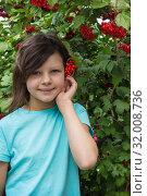 Купить «Девчушка улыбается. Сад. Калина. Август», фото № 32008736, снято 5 августа 2019 г. (c) Александр Романов / Фотобанк Лори