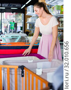 Купить «Happy pregnant woman buying playpen at kids store», фото № 32010656, снято 22 сентября 2017 г. (c) Яков Филимонов / Фотобанк Лори