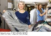Купить «Portrait of female laundry customer», фото № 32010932, снято 22 января 2019 г. (c) Яков Филимонов / Фотобанк Лори