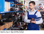 Купить «Man making rediscount in tools store», фото № 32016532, снято 9 января 2018 г. (c) Яков Филимонов / Фотобанк Лори