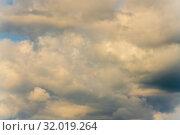 Купить «Дивные летние золотистые облака на небе. Натуральный природный фон, мягкий фокус», фото № 32019264, снято 12 августа 2019 г. (c) А. А. Пирагис / Фотобанк Лори