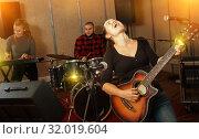 Купить «Ordinary guitar player and singer with band», фото № 32019604, снято 26 октября 2018 г. (c) Яков Филимонов / Фотобанк Лори