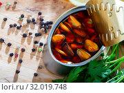 Купить «Marinated mussels in oil with lemon and greens», фото № 32019748, снято 24 августа 2019 г. (c) Яков Филимонов / Фотобанк Лори