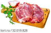 Купить «Sliced raw pork chop with parsley and onion», фото № 32019828, снято 24 августа 2019 г. (c) Яков Филимонов / Фотобанк Лори