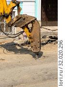 Купить «Вскрытие старого асфапьтового покрытия гидромолотом», эксклюзивное фото № 32020296, снято 29 мая 2019 г. (c) Александр Щепин / Фотобанк Лори
