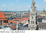 Вид на здание Новой ратуши (Neues Rathaus) с высоты птичьего полета. Летний день. Мюнхен. Бавария. Германия (2019 год). Редакционное фото, фотограф E. O. / Фотобанк Лори