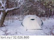 Купить «Tent in the winter forest after snowfall.», фото № 32026860, снято 9 декабря 2018 г. (c) Акиньшин Владимир / Фотобанк Лори