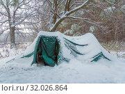 Купить «Tent in the winter forest after snowfall.», фото № 32026864, снято 9 декабря 2018 г. (c) Акиньшин Владимир / Фотобанк Лори