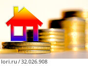 Cимвол  недвижимости на фоне денег. Стоковое фото, фотограф Сергеев Валерий / Фотобанк Лори