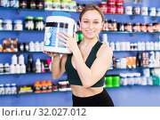 Купить «sporty woman holding big cans of sport nutrition», фото № 32027012, снято 12 апреля 2018 г. (c) Яков Филимонов / Фотобанк Лори