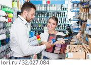 Купить «Glad man and woman using palette scheme», фото № 32027084, снято 17 мая 2018 г. (c) Яков Филимонов / Фотобанк Лори
