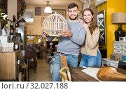 Купить «Girl with boyfriend in search of lampshade», фото № 32027188, снято 9 ноября 2017 г. (c) Яков Филимонов / Фотобанк Лори