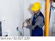 Купить «Workman is beating a part of the wall with a hammer», фото № 32027220, снято 3 июня 2017 г. (c) Яков Филимонов / Фотобанк Лори