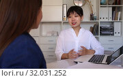 Купить «Asian woman advisor having business conversation with female client at meeting», видеоролик № 32031252, снято 13 июня 2019 г. (c) Яков Филимонов / Фотобанк Лори