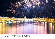 Купить «Moskva River and embankments with celebratory colorful fireworks exploding in the skies. Moscow, Russia», фото № 32031580, снято 9 мая 2019 г. (c) Владимир Журавлев / Фотобанк Лори