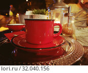 Red mug. outdoor cafe in the city. torch. Стоковое фото, фотограф vlasova / Фотобанк Лори