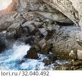 Грот Голицына (Эстрадный, Шаляпина) -  естественный грот, выбитый морскими волнами в горе Коба-Кая (Пещерная) неподалеку от поселка Новый Свет в Крыму (2019 год). Стоковое фото, фотограф Наталья Гармашева / Фотобанк Лори