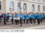 Tallinn, Estonia - JUL 06, 2019: A school band on parade of Estonian Song and Dance Festival. Редакционное фото, фотограф Юлия Кузнецова / Фотобанк Лори