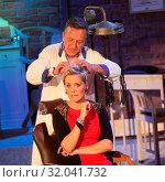 Купить «Moderatorin Inka beim Retro Friseur Peter Müller in der MDR-Show», фото № 32041732, снято 5 июня 2020 г. (c) age Fotostock / Фотобанк Лори