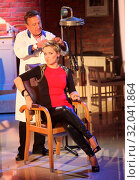 Купить «Moderatorin Inka beim Retro Friseur Peter Müller in der MDR-Show», фото № 32041864, снято 5 июня 2020 г. (c) age Fotostock / Фотобанк Лори