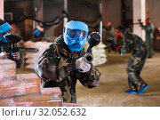 Player in blue mask is targeting in foe. Стоковое фото, фотограф Яков Филимонов / Фотобанк Лори
