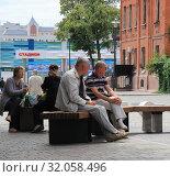 Купить «Горожане отдыхают в сквере летним днем. Липецк», фото № 32058496, снято 9 июля 2019 г. (c) Евгений Будюкин / Фотобанк Лори