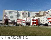 Купить «Алтайская краевая клиническая больница в нагорной части Барнаула», фото № 32058812, снято 30 сентября 2016 г. (c) Free Wind / Фотобанк Лори
