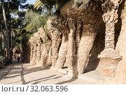 Купить «Прогулочная аллея в Парке Гуэля в Барселоне, Каталония, Испания», фото № 32063596, снято 6 апреля 2018 г. (c) Наталья Волкова / Фотобанк Лори