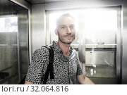 Best ager man travelling in city. Стоковое фото, фотограф Benjamin Egerland / age Fotostock / Фотобанк Лори