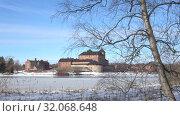 Купить «Мартовский пейзаж со старинной крепостью Хамеенлинна. Финляндия», видеоролик № 32068648, снято 2 марта 2019 г. (c) Виктор Карасев / Фотобанк Лори