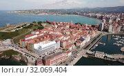 Купить «Day aerial cityscape of Gijon coast with sand beach, Spain», видеоролик № 32069404, снято 15 июля 2019 г. (c) Яков Филимонов / Фотобанк Лори