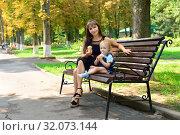 Мама с дочкой кушают мороженое на лавочке. Стоковое фото, фотограф Арестов Андрей Павлович / Фотобанк Лори