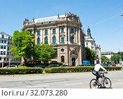 Купить «Neue Börse. Lenbachplatz. Munich. Germany», фото № 32073280, снято 18 июня 2019 г. (c) E. O. / Фотобанк Лори