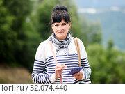 Красивая женщина с телефоном в руках на улице. Стоковое фото, фотограф Игорь Низов / Фотобанк Лори