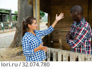 Angry woman quarreling with her afro-american male neighbor. Стоковое фото, фотограф Яков Филимонов / Фотобанк Лори