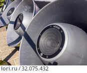 Купить «Огромные громкоговорители звуковой системы», фото № 32075432, снято 30 августа 2018 г. (c) Вячеслав Палес / Фотобанк Лори