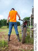Мужчина с мотоциклом в деревне. Стоковое фото, фотограф Кекяляйнен Андрей / Фотобанк Лори