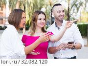 Купить «Young women are pointing the way to stranger man who was meet», фото № 32082120, снято 18 октября 2017 г. (c) Яков Филимонов / Фотобанк Лори