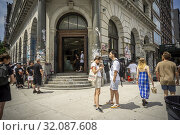 Shoppers outside the Supreme store on the Bowery in New York on Friday, July 5, 2019. (© Richard B. Levine). Редакционное фото, фотограф Richard Levine / age Fotostock / Фотобанк Лори