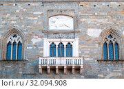 Italy, Bergamo, the medieval balcony and windows of Della Ragione palace. Стоковое фото, фотограф Masci Giuseppe / AGF / age Fotostock / Фотобанк Лори