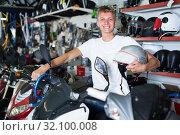Купить «Man is sitting on the motorbike with helmet», фото № 32100008, снято 17 июля 2017 г. (c) Яков Филимонов / Фотобанк Лори
