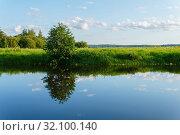 Summer landscape of a calm oxbow lake with grassy shores. Стоковое фото, фотограф Евгений Харитонов / Фотобанк Лори