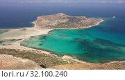 Aerial view on Tigani cape and Balos lagoon with sandy beach. Crete, Greece. (2019 год). Стоковое видео, видеограф Serg Zastavkin / Фотобанк Лори
