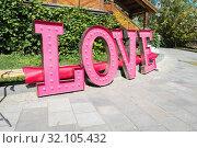 """Цветовой короб из отдельных английских букв Love (""""любовь"""") розового цвета. Кремль в Измайлове (2018 год). Редакционное фото, фотограф Кузин Алексей / Фотобанк Лори"""
