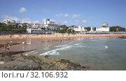 Купить «Panoramic view of Santander seafront and sand beach with sunbathing people in summer day», видеоролик № 32106932, снято 14 июля 2019 г. (c) Яков Филимонов / Фотобанк Лори