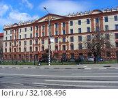 Купить «Нежилое пятиэтажное кирпичное здание 1957 года постройки. Азовская улица, 19. Район Зюзино. Город Москва», эксклюзивное фото № 32108496, снято 22 апреля 2015 г. (c) lana1501 / Фотобанк Лори
