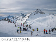 Купить «Ski resort Zillertal Hintertuxer Glacier. Crowd of people skiers and snowboarders at upper station of Hintertux lift», фото № 32110416, снято 6 января 2011 г. (c) Юлия Бабкина / Фотобанк Лори