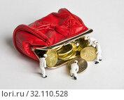 Купить «Маленькие человечки добавляют монеты в открытый красный кошелек», фото № 32110528, снято 30 августа 2019 г. (c) Элина Гаревская / Фотобанк Лори